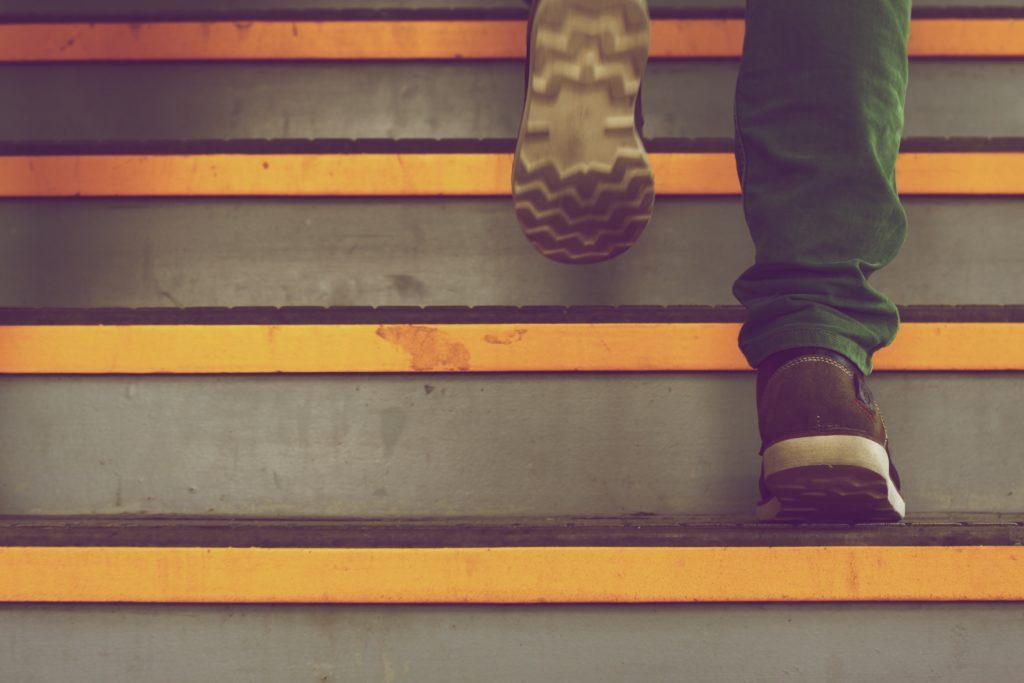 способ добавить движения в жизнь - ходить по лестнице вместо лифта